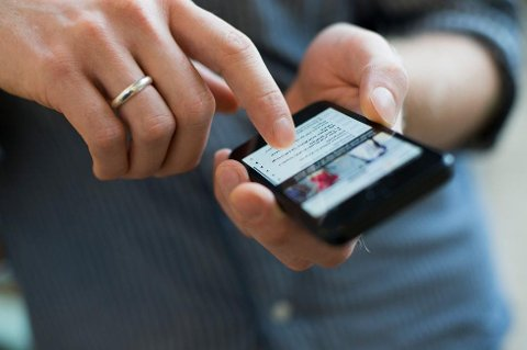 For mange er smarttelefoner og nettbrett blitt fast følgesvenn også rundt måltidene. (Foto: Berit Roald, NTB scanpix/ANB)