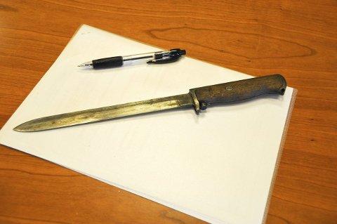 48 stikk: Den drapstiltalte 43-åringen har sagt at han er skyldig i drapet. Med denne bajonetten stakk han 34-åringen 48 ganger.