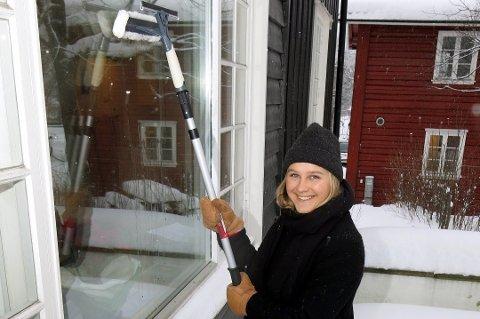 Å vaske vinduer i kuldegrader går bra så lenge du forbereder deg litt. (Foto: Robert Walmann, ifi.no/ANB)