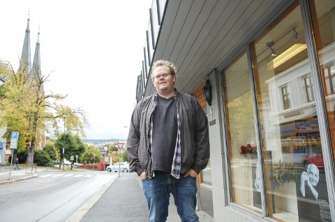 NY MANN: Even Ulsnæs er den nye organisasjonssekretæren i Human-etisk forbund i Telemark. Bildet viser ham på utsiden av lokalet i Skien. Kirken er i bakgrunnen.
