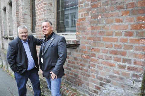 Snur: Bård Hoksrud (Frp), til venstre, har snudd i saken etter å ha hørt argumentene til partikollega Knut Morten Johansen. Her ved det gamle fengselet i Skien sentrum.
