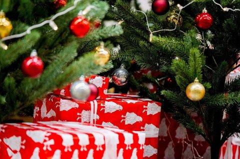 Gaver under treet er en selvfølgelighet for de fleste i jula. Derfor blir det vanskelig å la være, selv om mange sier de kan tenke seg en gavefri jul. (Foto: Vegard Wivestad Grøtt, NTB scanpix/ANB)