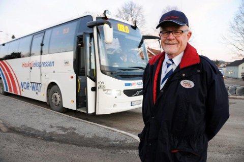 30 ÅR: Haukeliekspressen rundar 30 år i år. Bjørn Midtbø (65) i Bø har styrt bussen sidan første køyretur. Framleis held han rattet her og har mange gode sjåførminne.