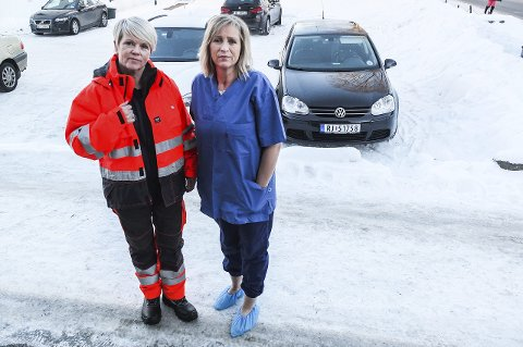 FULL SEIER: Siri Sørli og Nina Lund viser frem hva ansatte i hjemmetjenesten har fått av tøy fra arbeidsgiver, kontra de i teknisk etat.