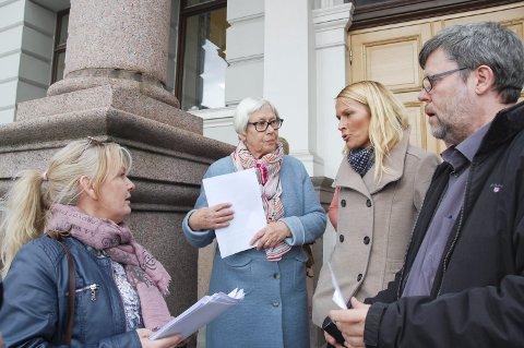 Diskusjon: Trine Meland (t.v.) var mildt sagt misfornøyd med Skien kommune torsdag. Ordfører Hedda Foss Five svarte for kommunen.