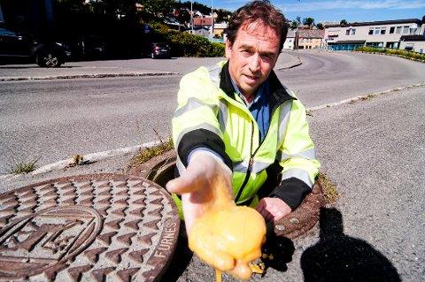 FETTVETT: Geir Helø, vann- og avløpssjef i Tromsø kommune, ber folk tenke seg om før de kaster ut fett i avløpssystemet. Det ender nemlig her - i det kommunale rørnettet. (Foto: Jørn Normann Pedersen)