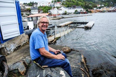 Passer på: Dag Michelsen betrakter bassenget som nå fylles med oppvarmet sjøvann.