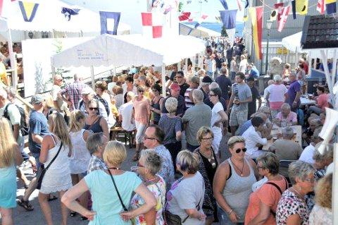 SILD I TØNNE: Over 15 000 mennesker av stort og smått strømmet til kystbyen Brevik, under den årlige Bacalao-festivalen for et par år tilbake. (ARKIVFOTO)