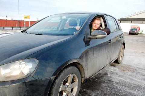 JA TIL DIESELBIL: Kjøpmann og politiker Adrian Ness Løvsjø synes dieselbilene får mer langt mer pepper enn de fortjener. Han er provosert og sier han vil kjøre dieselbil livet ut. Bilen på bildet er hans egen - og det er en dieselbil.