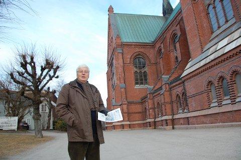 BEKYMRET: Sivilarkitekt og tidligere leder av Telemark arkitektforening, Poul J. Neubert, er bekymret for Skien kirke hvis det startes med byggearbeider på Lie.