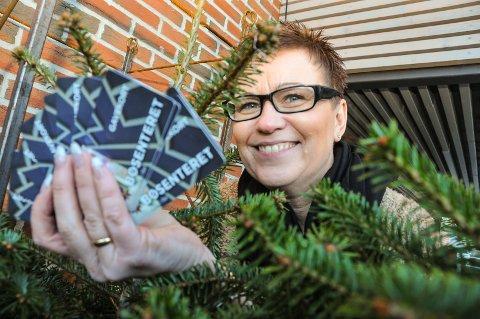 TREPANT: Senterleder Tove Lundeberg på Bøsenter deler ut gaverkort på 50 kroner per juletre.