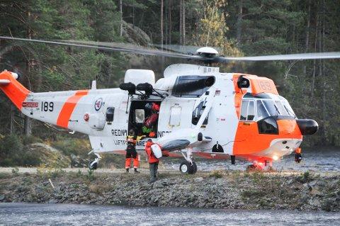 Et Sea King helikopter i aksjon under redningsarbeidet torsdag ettermiddag.