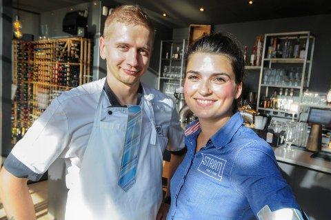 BRUKER REFLEKS: Mindaugas Vilius og Nathalie Nicholson som arbeider på Strøm Mat og Bar bruker refleks.