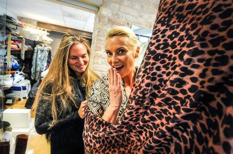SPENT: Katrine Bakke er spent på hvordan kjolen blir til slutt. - Å, dette er kjempespennende! Jeg gleder meg til å se den ferdig, sier Katrine Bakke som skal ha kjolen klar til veldedighetsfesten i Ibsenhuset. Designer Mariette Røed Torjussen gjør de siste justeringene.