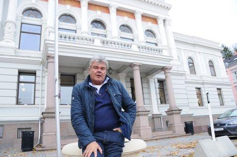 SINT: Styreleder Thore Andreassen i Festiviteten var forbannet etter møtet i klagenemda mandag. Bildet er tatt utenfor rådhuset i Skien, der møtet ble avholdt.