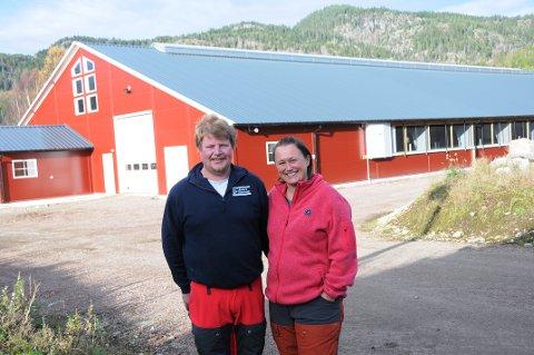 SATSER: Anders Stensrød og Cecilie Aalmo bor i Siljan. De har satset friskt på gårdsdrift og sin nye driftsbygning (på bildet bak dem).