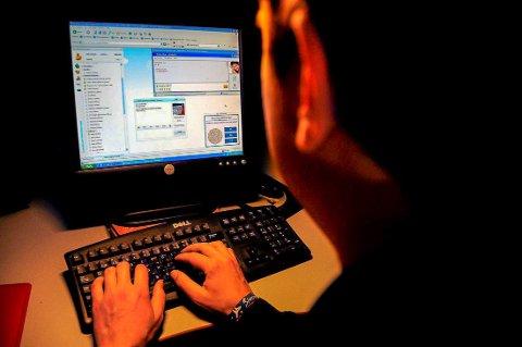 FALSK IDENTITET: En 44 år gammel grenlandsmann brukte identiteten til en slektning da han chattet på diverse nettsider. Han sendte også bilde av slektningen til fremmede.
