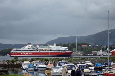 MS Stavangerfjord på vei inn mot Nøstet i Bergen. Foto: TOM HJERTHOLM
