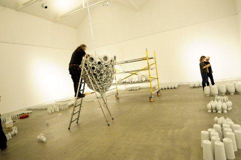 MONUMELTALT: Forgjengeren til denne ble laget under Porselensbiennalen i 2009, nå lager kunstner Torbjørn Kvasbø en som er enda større. Den forrige ble innkjøpt av Nasjonalgalleriet. Nå har publikum mulighet til å se kunstneren i arbeid også før utstillingen er ferdig.