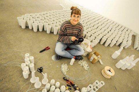 BRENT SIDEN FEBRUAR: Stine Hartvigsen er kunstnerens assistent og har brent alle de 2300 vasene på  Porselensverkstedet 1400 grader.