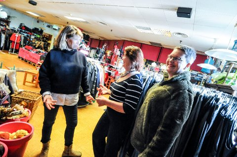 TIL VELDEDIG FORMÅL: Mette Hanssen, Solveig Dyrland Steinbakken og Reidun Steinbakken driver butikk til inntekt for vanskeligstilte barn i Grenland. Nylig overførte de 20 000 kroner til kreftsyke barn på sykehuset i Skien.