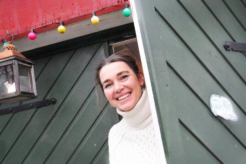 I VERKSTEDET: Victoria Berge Løvenskiold sitter i verkstedet sitt i Fossumveien når hun arbeider med kunstneriske prosjekter. - Jeg prøver å være strukturert og er her cirka tre dager i uken, forteller Løvenskiold, som både er forfatter og illustratør.