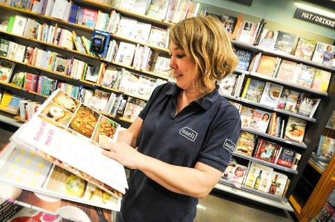 MYE MAT: - Vi selger mye mat- og kokebøker, forteller Liv-Synnøve Zachrisen, butikksjef på Norli, Arkaden.
