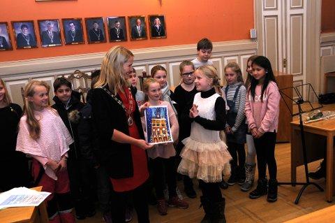 STOLT VINNER: Thilde Martine Syvertsen Svendsen (10) var stolt over at hun vant, og fortalte ordføreren mer enn gjerne om hvordan inspirasjonen hadde kommet. Tegningen skal pryde kommunens julekort neste år.