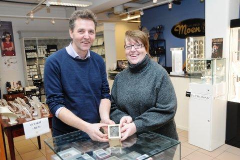 """KLARE MED NYTT SMYKKE: Det nye smykket """"Skienskorset"""" er klart. Espen Wingaard og Elisabeth Moen har designet det. Produksjonen har funnet sted i Bergen."""