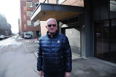 TRAFIKKPLAN FØRST: Styreleder Nils Magne Dalene i Bryggeparken borettslag reagerer på planen for Skien brygge som er lagt ut til offentlig ettersyn. - Detaljert plan for trafikkutvikling må komme først, sier han. På bildet står han ved nedgangen til garasjekjelleren.