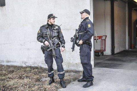 TUNGT: Tungt bevæpnet politi voktet Tinghuset på Notodden fredag. Her fra baksiden. Trusselen om skyting i tingretten ble sendt på epost – og etterforskingen stopper ved en dataserver.