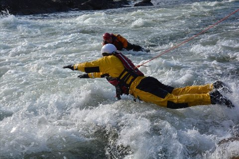 Brannmenn læres opp til å delta i redningsaksjoner i vann.