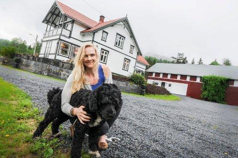 FORLATER DRØMMEPLASSEN: Larvikskvinnen selger småbruket Plassen i Oklungen og flytter etterhvert inn i Balders Hage i Larvik.