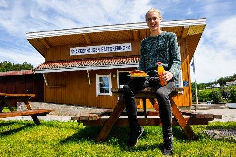 STORE PLANER: 17-åringen går med tanker om uteservering og live musikk på Akkerhaugen brygge i løpet av sommeren.