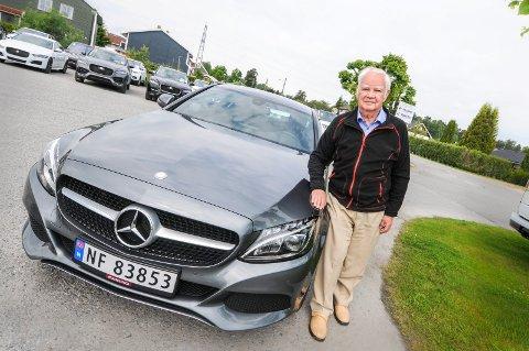 DRØMMEBILEN: Thoralf Wighus har kjøpt sin 10. bil siden 2011. - Ja, dette er drømmebilen. Foreløpig, sier Thoralf, som har lagt sin elsk på Mercedes og Jaguar.