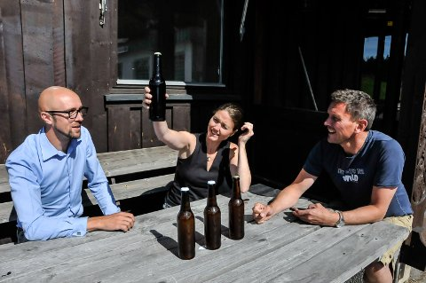 IMPONERT: Thomas Berstad fra Telemark næringshage har stor tro på Vinje bryggeri. Sonja og Anders Sandvik styrte prosjektet mens de andre gründerne Luke Tennant og Kari Nestog var på ferie.
