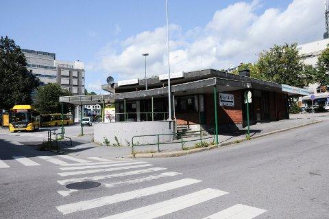 RUTEBILSTASJON: Leder i Kontorbygg, Knut Wille, foreslår for styret å ruste opp rutebilstasjonen for inntil fire millioner kr. Det kan også bli bakeriutsalg. FOTO: VIGDIS HELLA