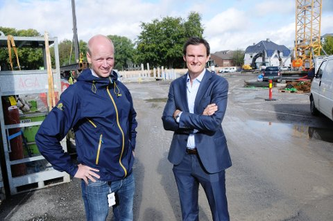 KOM TIL OSS: Bjørnar Haukstad og Simon S. Stordalen i R8 mener NRK bør komme til dem og ta i bruk det nye næringsbygget på Kammerherreløkka i Porsgrunn sentrum som er i ferd med å reise seg.