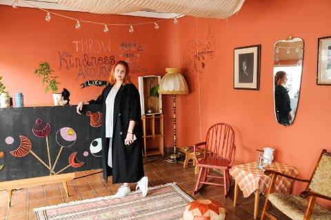 FRIVILLIG: Ann Charlotte Birkeland Berberg er frivillig og har jobbet i tre dager med å innrede lokalene til festivalen.