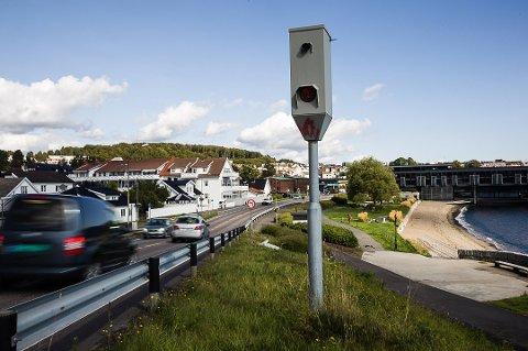 FOTOBOKS: Fotoboksen på Langestrand i Larvik blinker stadig til bilister som kjører for fort. Foto: Sigrid Ringnes