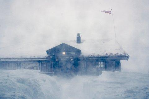 RØFFE FORHOLD: Haukeliseter fjellstue i skikkelig ruskevær. (Arkivfoto)