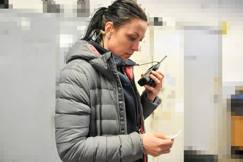 SJEKKER ID: En politibetjent i a-krimgruppa i Telemark sjekker om en person har gyldig oppholds- og arbeidstillatelse.