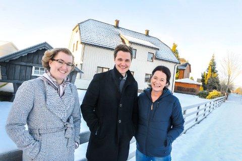 ANNERLEDES JOBB: Dette huset skulle sørge for en litt annerledes dag på jobben både for statist Karin Mustvedt-Plüss, eiendomsmegler Bård Øyane og boligstylist Gry Homleid.