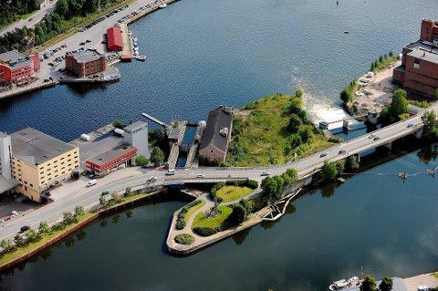 NÆRMER SEG: Ei ny bru kommer snart i dette området, ved Smieøya.