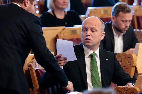Senterparti-leder Trygve Slagsvold Vedum får en beskjed under finanstalen i forbindelse med regjeringens fremleggelse av statsbudsjettet for 2019. Foto: Håkon Mosvold Larsen / NTB scanpix