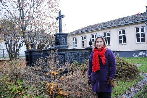 FLYTTES: Ellen Rodvang fra Telemark museum står her ved Cappelen-monumentet som blir med på flyttelasset.