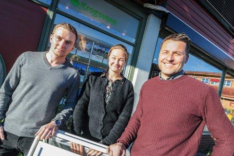 ØNSKER SEG PEPPERKAKEHUS: Thomas Johan Nilsen, Kjersti F. Rønningsland og Henrik Tangen ved Krogsveen i Bamble håper mange har lyst til å være med å lage pepperkakehus.