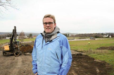RIDESKOLE: Geir Kalland har drevet rideskole på Borgestad i 19 år. Nå planlegger han en ny og større ridehall å området bak og ved gården som han kjøpte for fire år siden. FOTO: VIGDIS HELLA