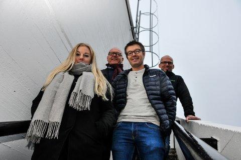 TILBAKE: Siri Aardalen er tilbake i Seljord. Ved siden av henne står hennes tidligere lærer Lars Klev. Bak Halfdan Haugan og Olav Moen.