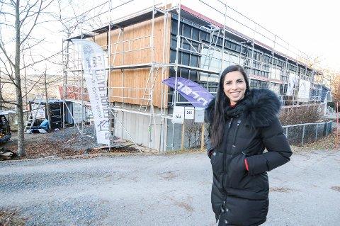 GLEDER SEG: Jasmin Lorvik gleder seg til huset er ferdig. - Jeg er spent, men vi har hatt en god dialog med arkitekten, så jeg føler meg trygg på at det blir bra.